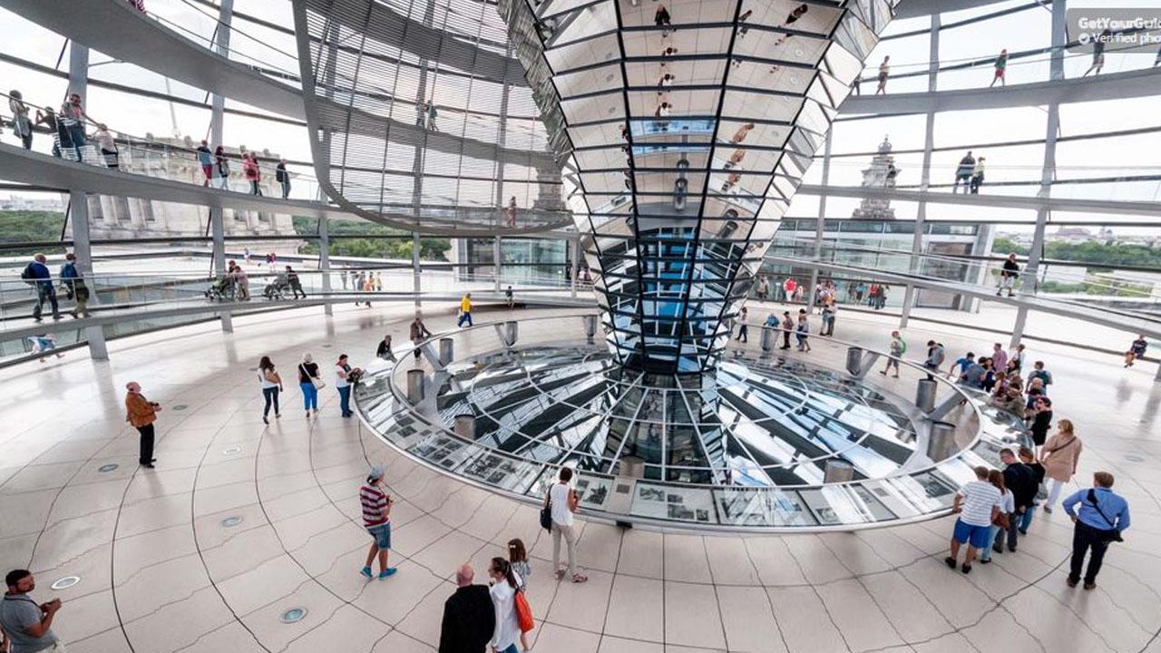 c9706af931 Besuch im Reichstag mit Blick auf den Kuppelbau
